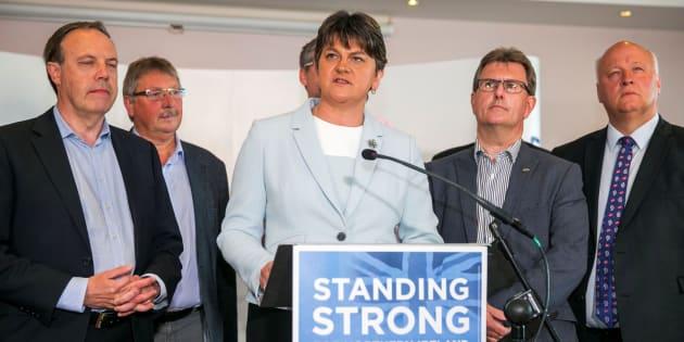 Qu'est-ce que le DUP, ce parti nord-irlandais sulfureux indispensable à May pour gouverner