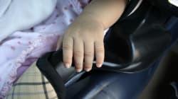 Lascia la figlia di 4 mesi in auto per una