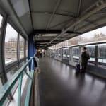 Un jeune homme en urgence absolue après avoir été aspergé d'un liquide dans le métro