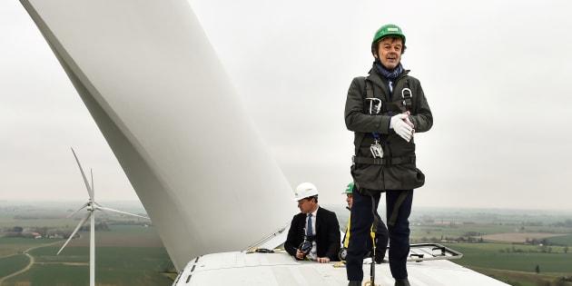 Nicolas Hulot au sommet d'une éolienne pour vanter les énergies renouvelables.