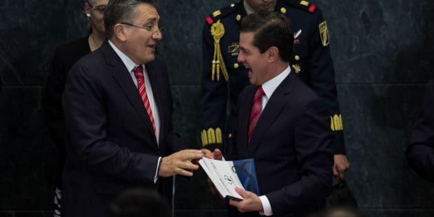 El 'ombudsman' nacional Luis Raúl González y el presidente Enrique Peña Nieto, durante la entrega del informe de la Comisión Nacional de Derechos Humanos referente al 2017. A pesar la crítica, nada quitó la camaradería entre ambos.