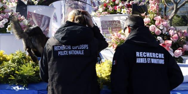 Des policiers et leur chien inspectent un char du 132e carnaval de Nice, le 13 février 2016