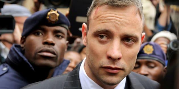 Le champion paralympique Oscar Pistorius quitte le palais de justice de Pretoria, en juin 2016.