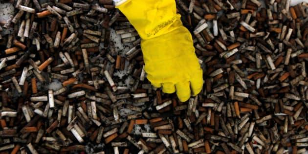 Le gouvernement somme les cigarettiers de participer à la collecte des mégots.