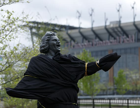 Flyers remove statue of singer Kate Smith