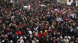 Un peu plus de 10.000 foulards rouges défilent à