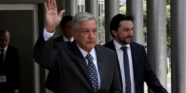 El presidente electo de México, Andrés Manuel López Obrador, agita la mano mientras llega a la sede de la autoridad electoral donde será instalado formalmente como el próximo presidente del país, en la Ciudad de México.