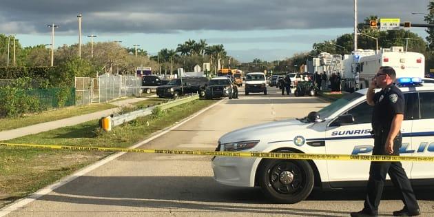 Des policiers devant le lycée Marjory Stoneman Douglas après la tuerie, le 15 février à Parkland en Floride.