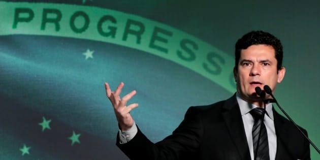 Juiz não deve se preocupar com política em suas decisões, diz Moro