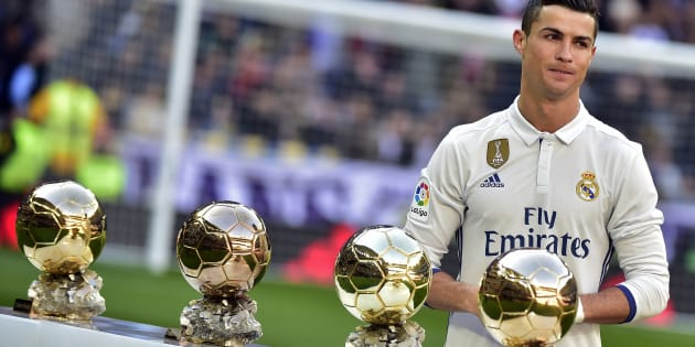 Cristiano Ronaldo devant ses quatre Ballon d'Or gagnés (2008, 2013, 2014, 2016). Qui sera son successeur ?