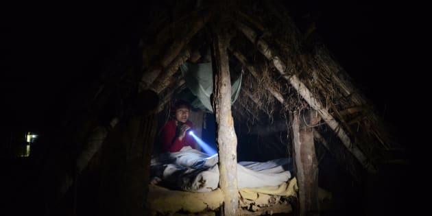 チャウパディで使用される小屋に入る女性