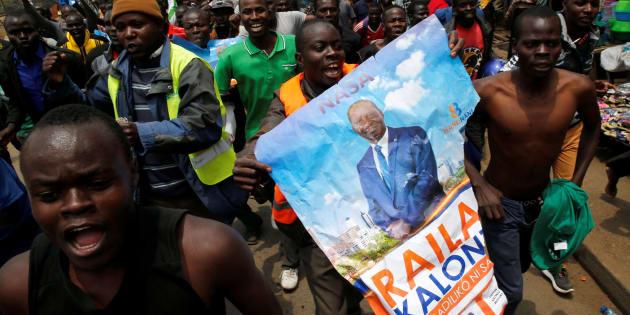 Partidarios de Raila Odinga, líder de la oposición, celebran en Kibera la decisión de los jueces.