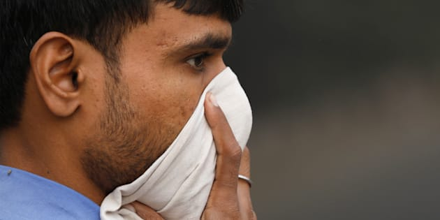 A man covers his face on a smoggy morning in New Delhi, India, November 10, 2017. REUTERS/Saumya Khandelwal