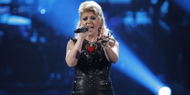 Kelly Clarkson performs a medley of songs at the 40th American Music Awards in Los Angeles, November 18, 2012. (REUTERS/Danny Moloshok)