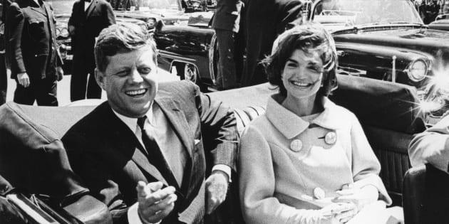 夫人とオープンカーに乗るケネディ氏(左)=1961年3月