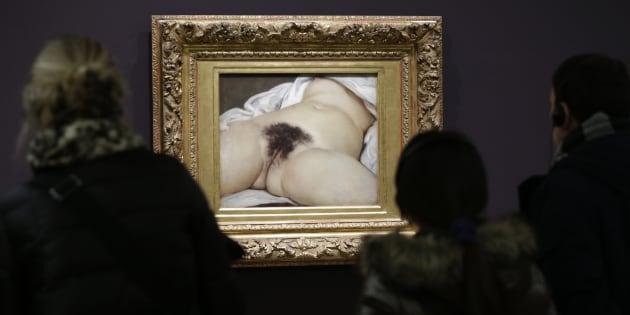 """Des visiteurs devant """"L'Origine du Monde"""", 1866, de Gustave Courbet au Musée d'Orsay à Paris 7 février 2013."""