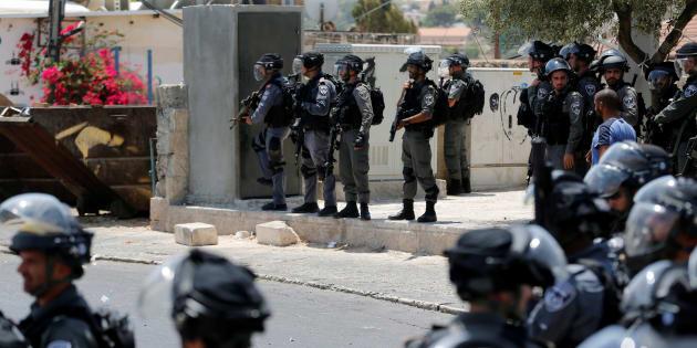 Uniformados de la Policía de Fronteras de Israel vigilan el rezo de los palestinos musulmanes fuera de la ciudad vieja de Jerusalén, el pasado viernes.