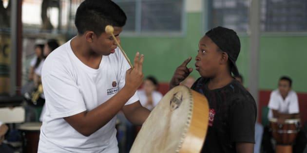 Estudantes surdos utilizam Libras para se comunicar antes de aula de música em São Paulo.