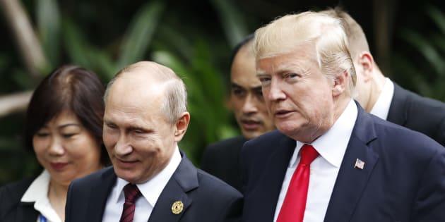 Photo d'archives de Vladimir Poutine et Donald Trump au forum de l'Asie-Pacifique.