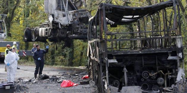 Des gendarmes sur les lieux de l'accident de Puisseguin, le 26 octobre 2015.