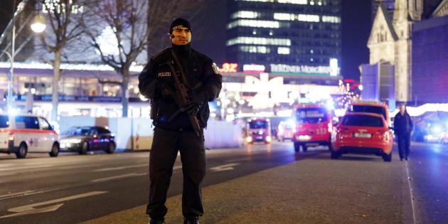 Un policier près du marché de Noël où un camion a foncé sur la foule, le 19 décembre à Berlin.