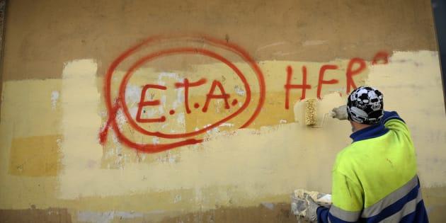 Un trabajador borra una pintada de apoyo a ETA en la localidad vizcaína de Gernika.