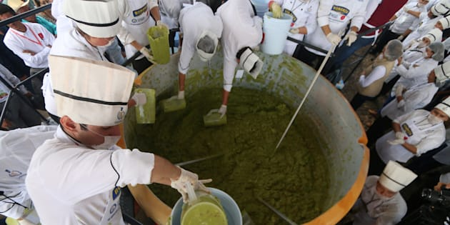 Los voluntarios de una escuela culinaria mezclaron aguacates a medida que intentan establecer un nuevo récord mundial Guinness para la mayor porción de guacamole en Concepción de Buenos Aires, Jalisco, México 3 de septiembre de 2017.