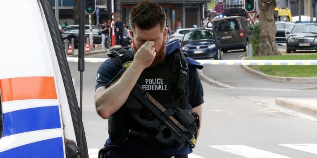 Un policía, apesadumbrado en el lugar el atentado de Lieja.
