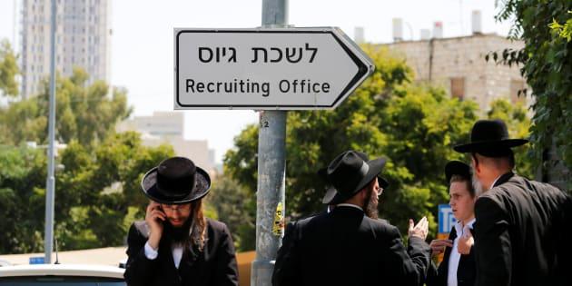 Un grupo de judíos ultraortodoxos, ante la oficina de reclutamiento del Ejército de Israel en Jerusalén, este miércoles.