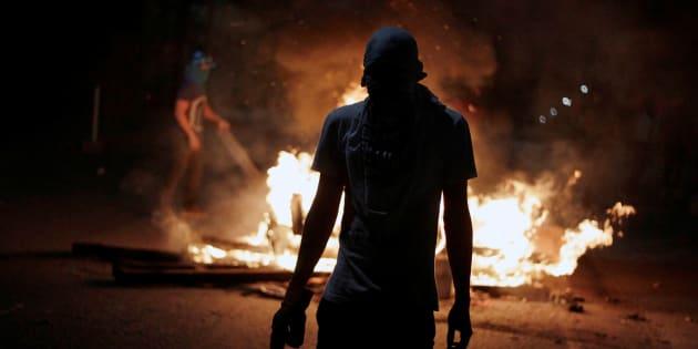 Un simpatizante de la oposición hondureña participa en una barricada, el domingo en la capital, Tegucigalpa.