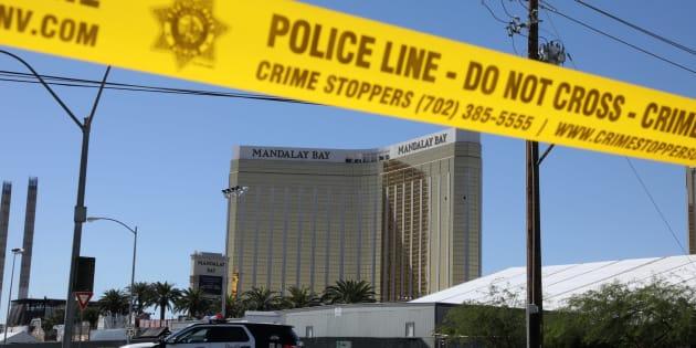 El Mandalay Bay Resort de Las Vegas, rodeado aún por el cordón policial y vigilado por una patrulla, tras el tiroteo.