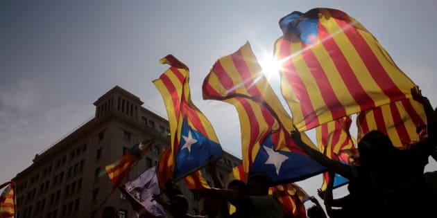 Esteladas al aire durante una de las concentraciones proindependencia posteriores al refrendo, el pasado 3 de octubre, en Barcelona.