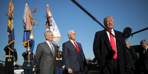 El presidente de EEUU, Donald Trump, el pasado 18 de enero a su llegada al Pentágono, con el secretario de Defensa, Jim Mattis, y el vicepresidente Mike Pence a sus espaldas.