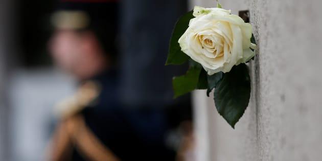 Una rosa blanca, junto a la placa conmemorativa de los atentados de París de hace dos años colocada ante los bares Le Carillon y Le Petit Cambodge, atacados en la noche del 13 de noviembre de 2015.