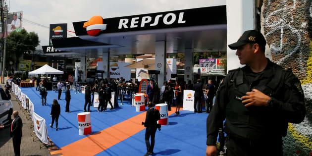 Oficial de policía junto a la primera gasolinera del gigante energético español Repsol durante su ceremonia de apertura en la Ciudad de México.