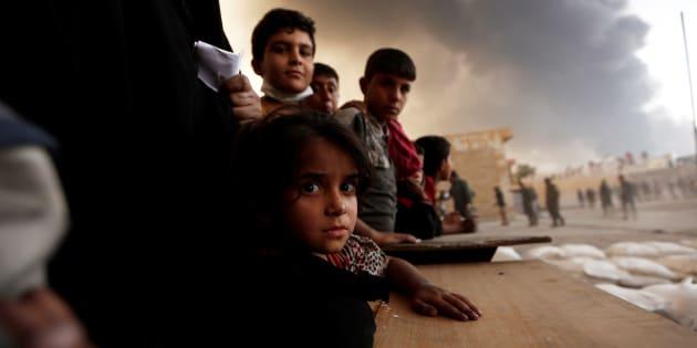 Un grupo de desplazados espera para recibir comida en Qayyara, al sur de Mosul, el mes de octubre pasado.
