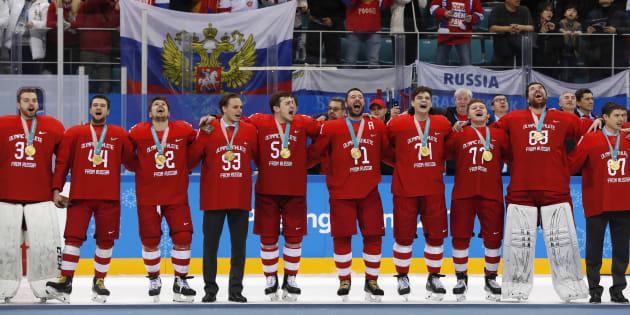 メダル授与式で自国の国歌を歌うロシア人のホッケー選手ら=2月25日