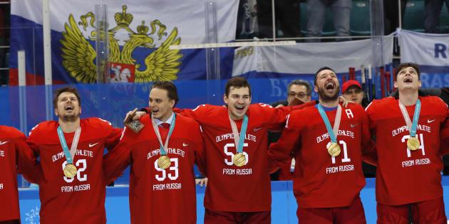 Les hockeyeurs russes ont chanté leur hymne national interdit en recevant leur médaille d'or aux JO