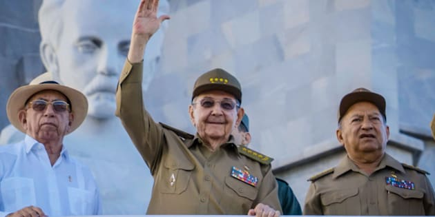 O presidente de Cuba, Raul Castro, desfila na tradicional Parada de Maio.