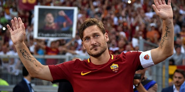 Football Soccer - AS Roma v Genoa - Serie A - Stadio Olimpico, Rome, Italy - 28/5/17 AS Roma's Francesco Totti waves to supporters after his final game. REUTERS/Alberto Lingria  FOR EDITORIAL USE ONLY.