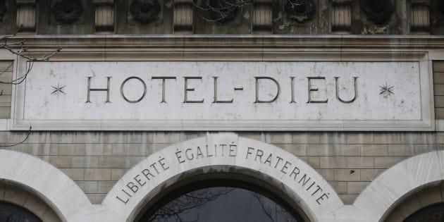 L'entrée principale de l'Hôtel Dieu, à Paris, le 4 novembre 2013. REUTERS/Christian Hartmann
