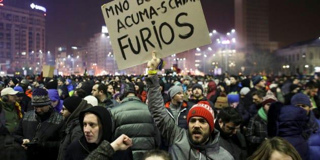 Une manifestation devant le parlement à Bucarest, en Roumanie, le 1er février.