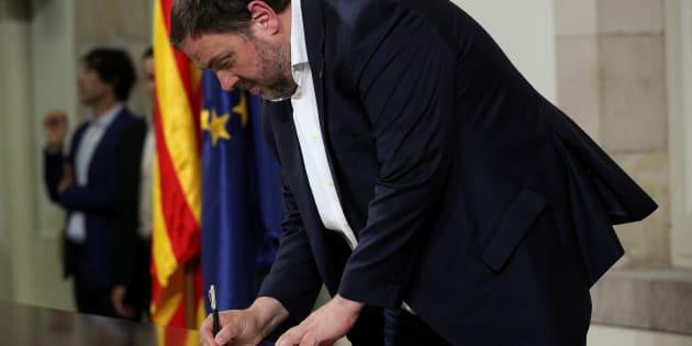 El vicepresidente de la Generalitat, Oriol Junqueras, el pasado 10 de octubre, firmando la declaración de independencia en el Parlament catalán.
