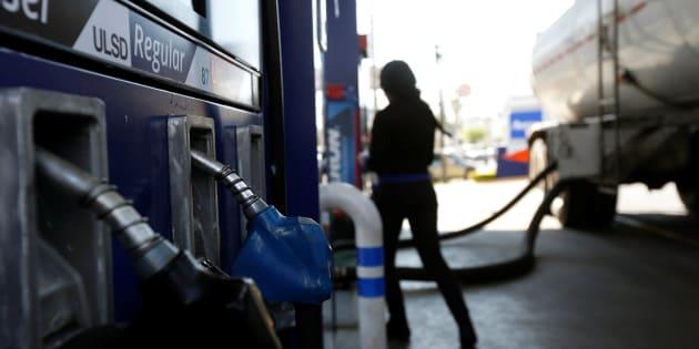 Los surtidores de gas supervisan un camión cisterna que entrega combustible en una estación de servicio en Zapopan, Jalisco este 9 de enero de 2019.