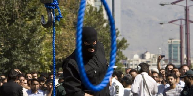 Imagen de archivo de un policía iraní participando en los preparativos de una ejecución por ahorcamiento.