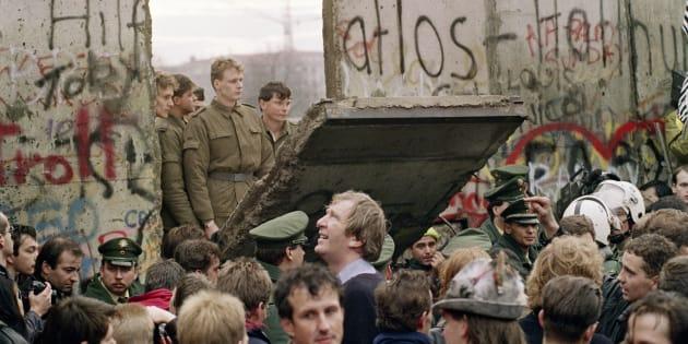 27 ans jour pour jour après la chute du mur de Berlin, les internautes voient dans le mur que Donald Trump veut construire au Mexique un terrible symbole