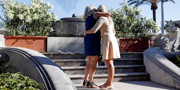 Des familles rassemblées devant le mémorial provisoire en hommage aux victimes de l'attentat de Nice, le 8 juin.