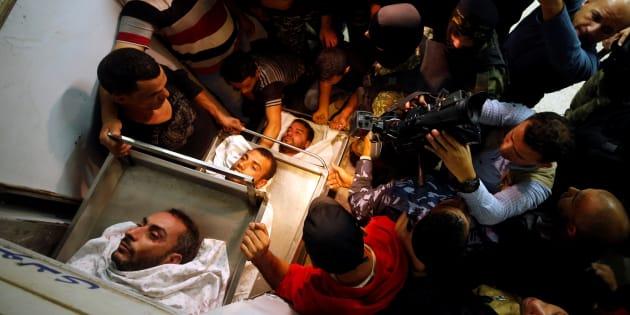 Familiares, amigos y personal cercano a la Yihad Islámica, junto a los cuerpos de tres de los fallecidos, en una morgue de Gaza.