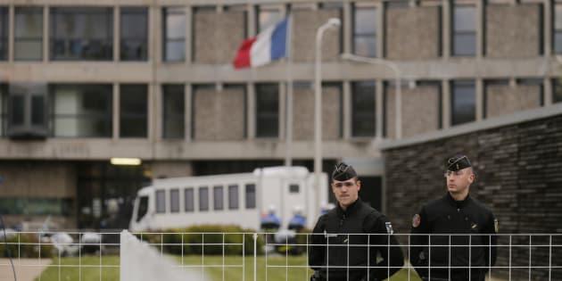 Des gendarmes devant l'entrée de la prison de Fleury-Mérogis (Image d'illustration).