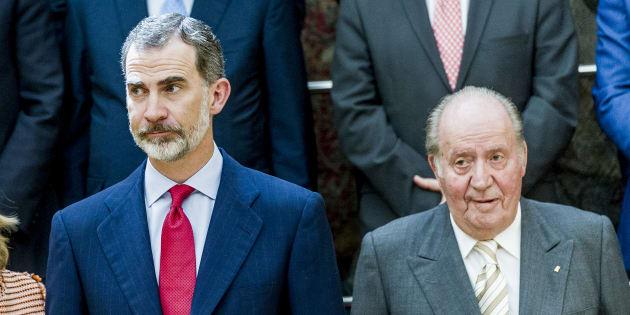 Felipe VI y Juan Carlos I, el pasado 7 de junio, atendiendo a los miembros de la Fundación COTEC en El Pardo, Madrid.
